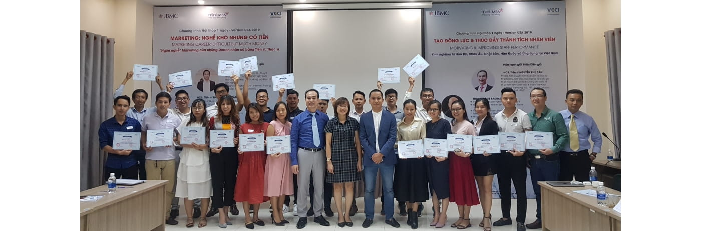 20191026_181022 - Le trao Certificate Nghe Marketing & Binh